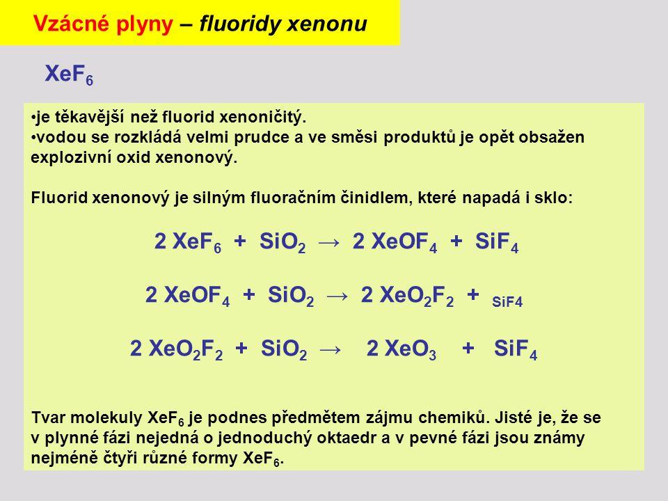 je těkavější než fluorid xenoničitý. vodou se rozkládá velmi prudce a ve směsi produktů je opět obsažen explozivní oxid xenonový. Fluorid xenonový je