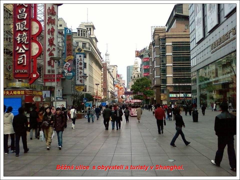 Běžná ulice s obyvateli a turisty v Shanghai.