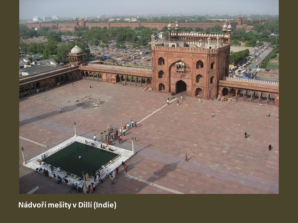 Nádvoří mešity v Dillí (Indie)