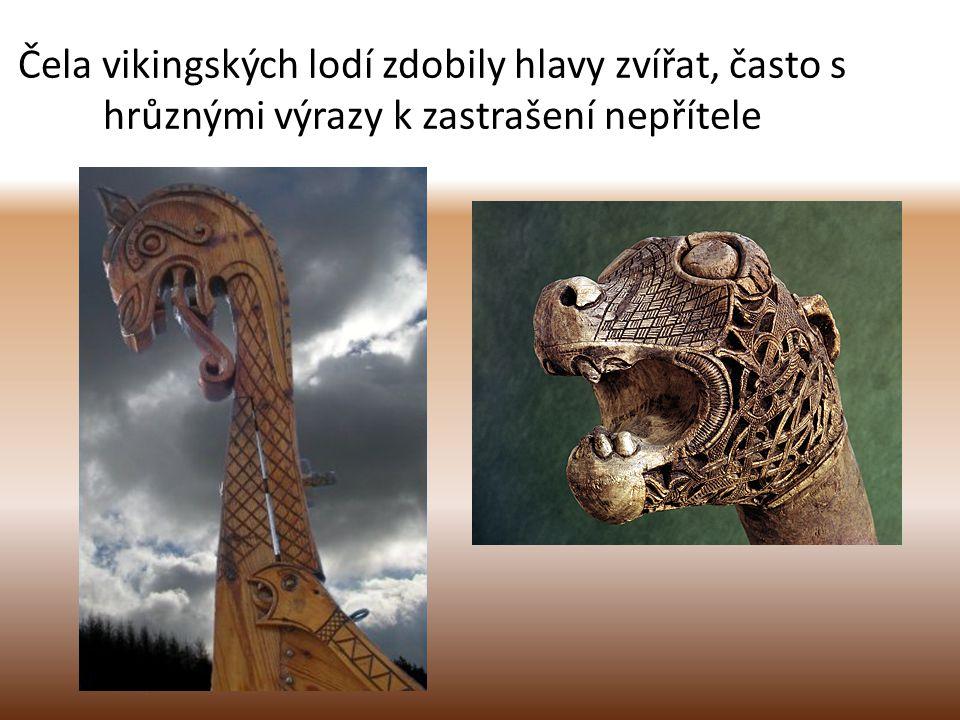Čela vikingských lodí zdobily hlavy zvířat, často s hrůznými výrazy k zastrašení nepřítele