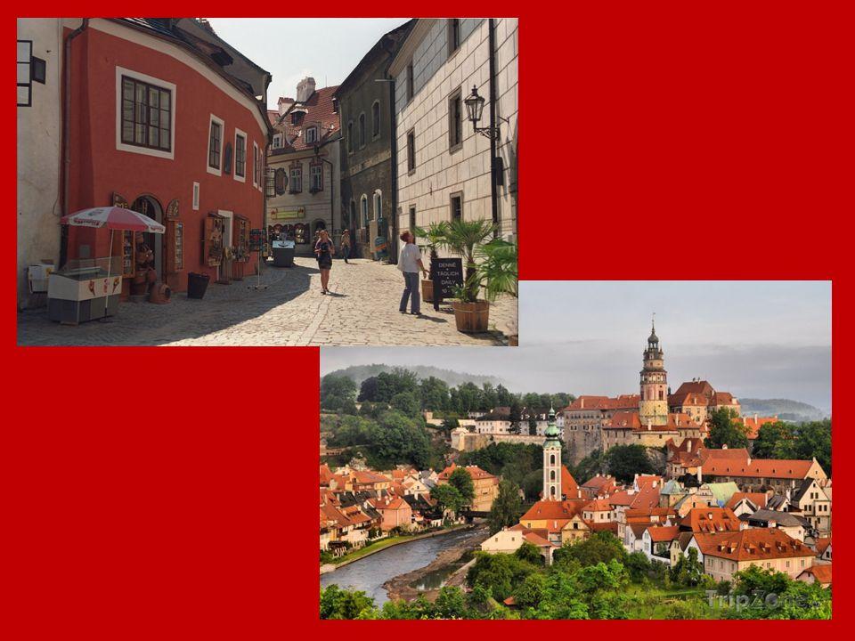 Olomouc - sloup Nejsvětější Trojice Olomoucký kraj Zapsán na seznam UNESCO v roce 2000 Vzorem byl sloup na Piazza Santa Maria Maggiore v Římě Výrazně se odlišuje od podobných památek svou výtvarnou koncepcí, bohatstvím figurální výzdoby i rozměry a výškou (35 metrů)
