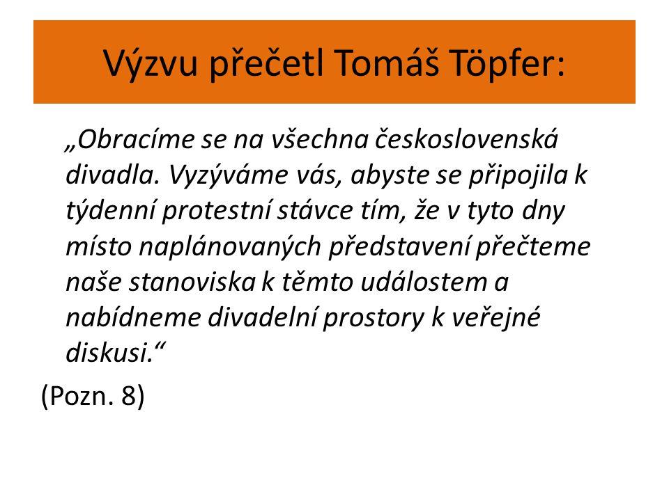 """Výzvu přečetl Tomáš Töpfer: """"Obracíme se na všechna československá divadla. Vyzýváme vás, abyste se připojila k týdenní protestní stávce tím, že v tyt"""
