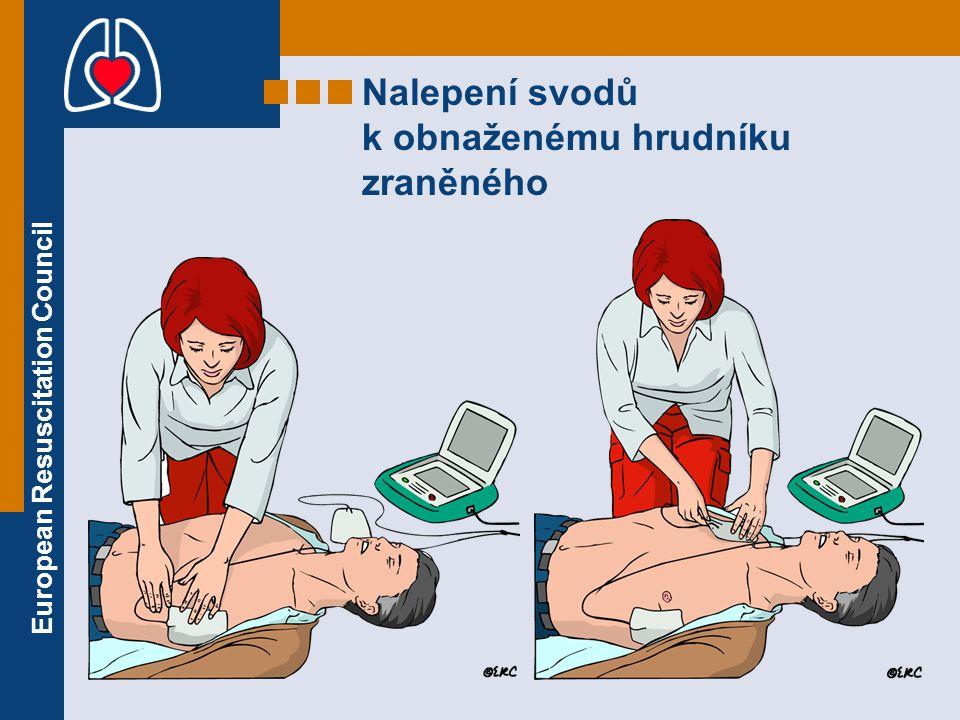European Resuscitation Council Nalepení svodů k obnaženému hrudníku zraněného