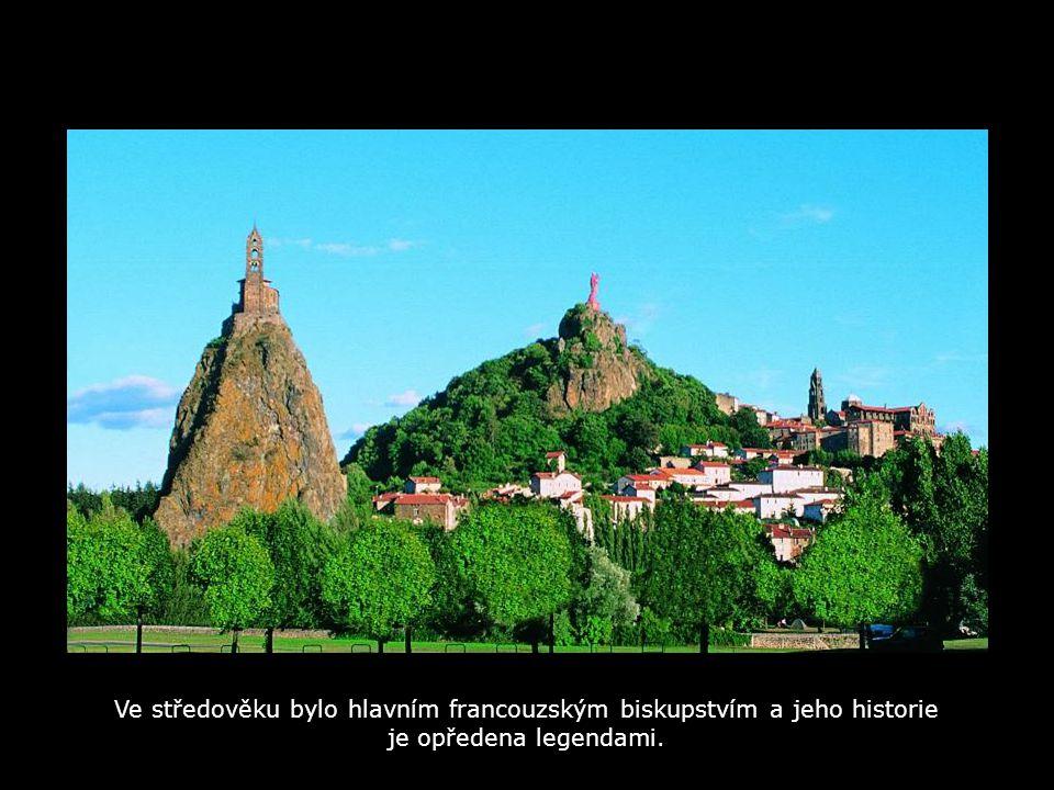 V kraji Auvergne, v okrese Haute-Loire leží Le Puy en Velay, malebné městečko se středověkou historií. FRANCIA Le Puy en Velay