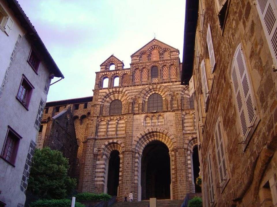 K atedr á l a Panny Marie Tato svatyně Černé Madony byla postavena v 11.-12. století v románském slohu a byzantský vliv je patrný na osmihranných kupo