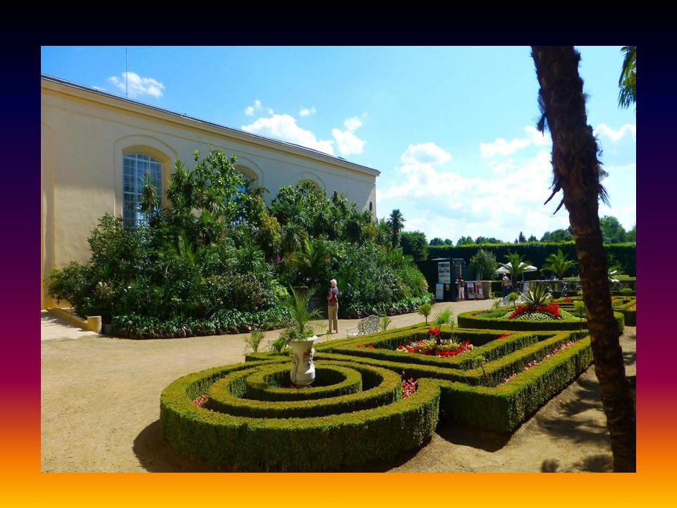 Dále následují pohledy na Květnou zahradu….. V pozadí budova rotundy