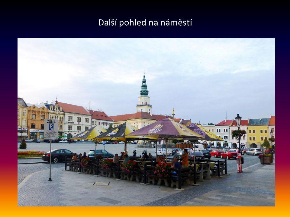 Velké náměstí-centrum města v pozadí věž Biskupského zámku