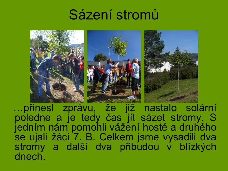Sázení stromů …přinesl zprávu, že již nastalo solární poledne a je tedy čas jít sázet stromy. S jedním nám pomohli vážení hosté a druhého se ujali žác