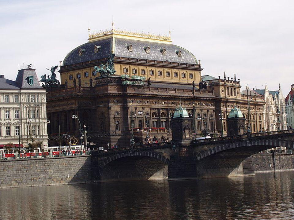 Český národ, po staletí utlačovaný Habsburky velmi toužil mít své vlastní divadlo, kde by se hrálo pouze česky.  Přestože stojí pouhých 128 let, pa