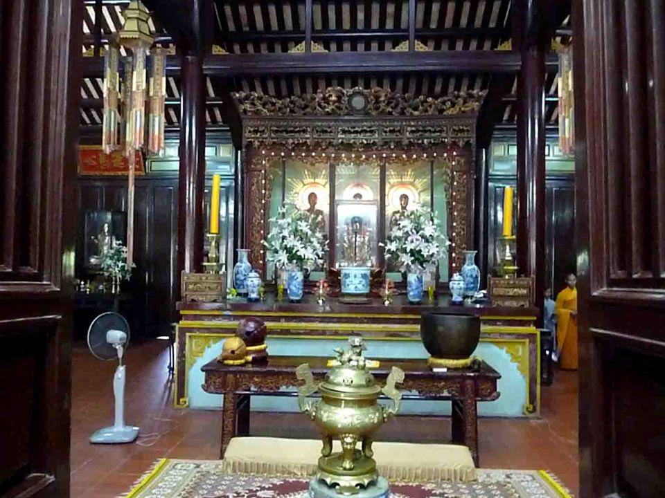 BUDDHISTICKÝ OBŘAD V KLÁŠTERNÍ SVATYNI