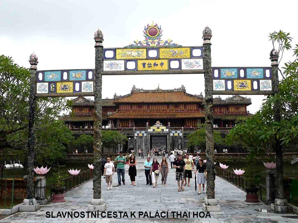 SLAVNOSTNÍ CESTA K PALÁCI THAI HOA