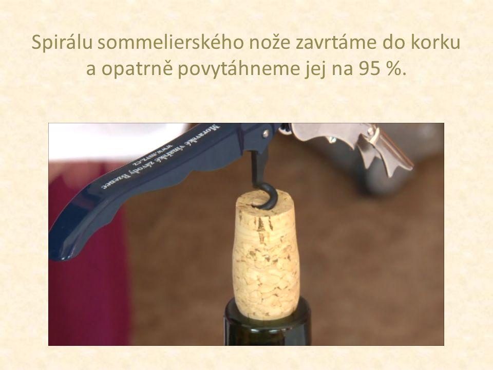 Spirálu sommelierského nože zavrtáme do korku a opatrně povytáhneme jej na 95 %.