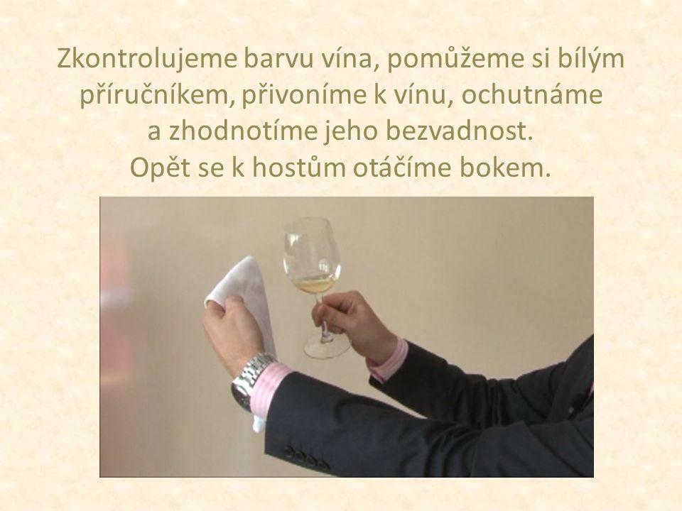 Zkontrolujeme barvu vína, pomůžeme si bílým příručníkem, přivoníme k vínu, ochutnáme a zhodnotíme jeho bezvadnost.