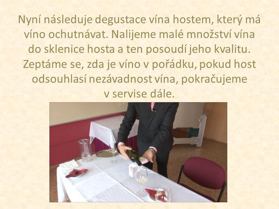 Nyní následuje degustace vína hostem, který má víno ochutnávat.