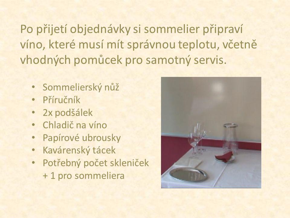 Po přijetí objednávky si sommelier připraví víno, které musí mít správnou teplotu, včetně vhodných pomůcek pro samotný servis.