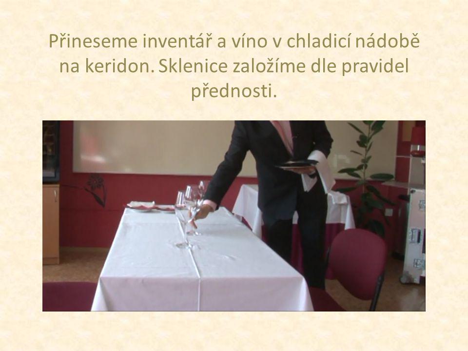 Přineseme inventář a víno v chladicí nádobě na keridon. Sklenice založíme dle pravidel přednosti.
