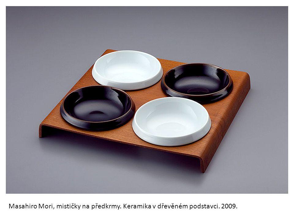 Masahiro Mori, mističky na předkrmy. Keramika v dřevěném podstavci. 2009.