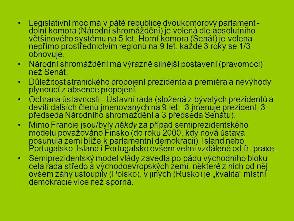 Legislativní moc má v páté republice dvoukomorový parlament - dolní komora (Národní shromáždění) je volená dle absolutního většinového systému na 5 le