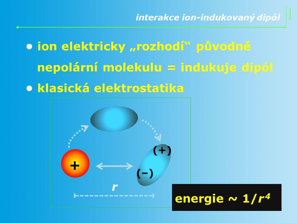 """interakce ion-indukovaný dipól ion elektricky """"rozhodí"""" původně nepolární molekulu = indukuje dipól klasická elektrostatika r + energie ~ 1/r 4 (+)(+)"""