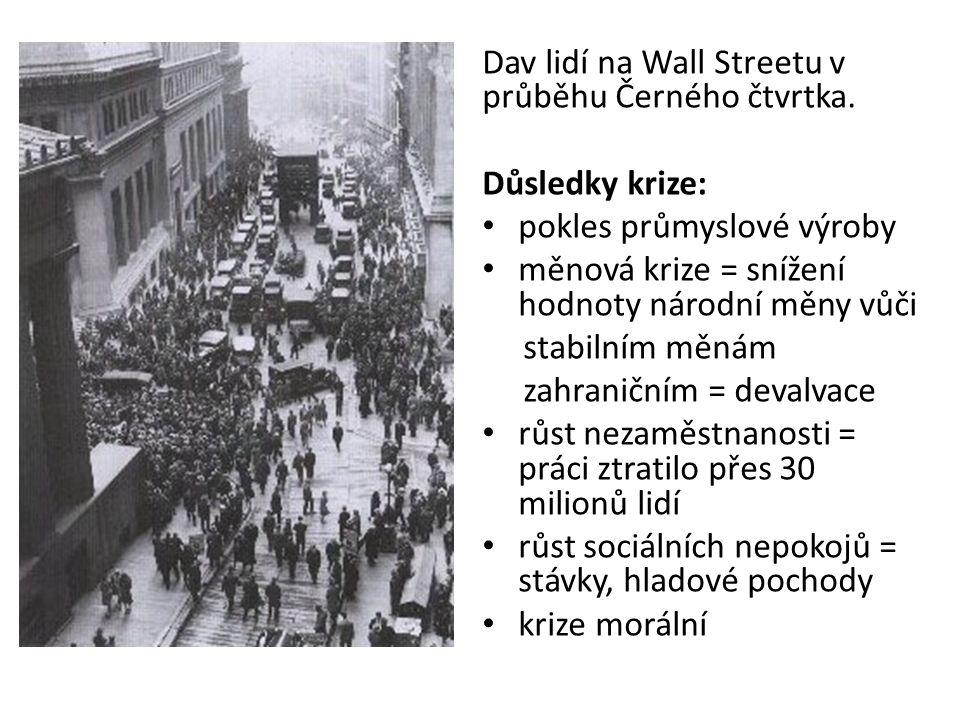 Dav lidí na Wall Streetu v průběhu Černého čtvrtka.