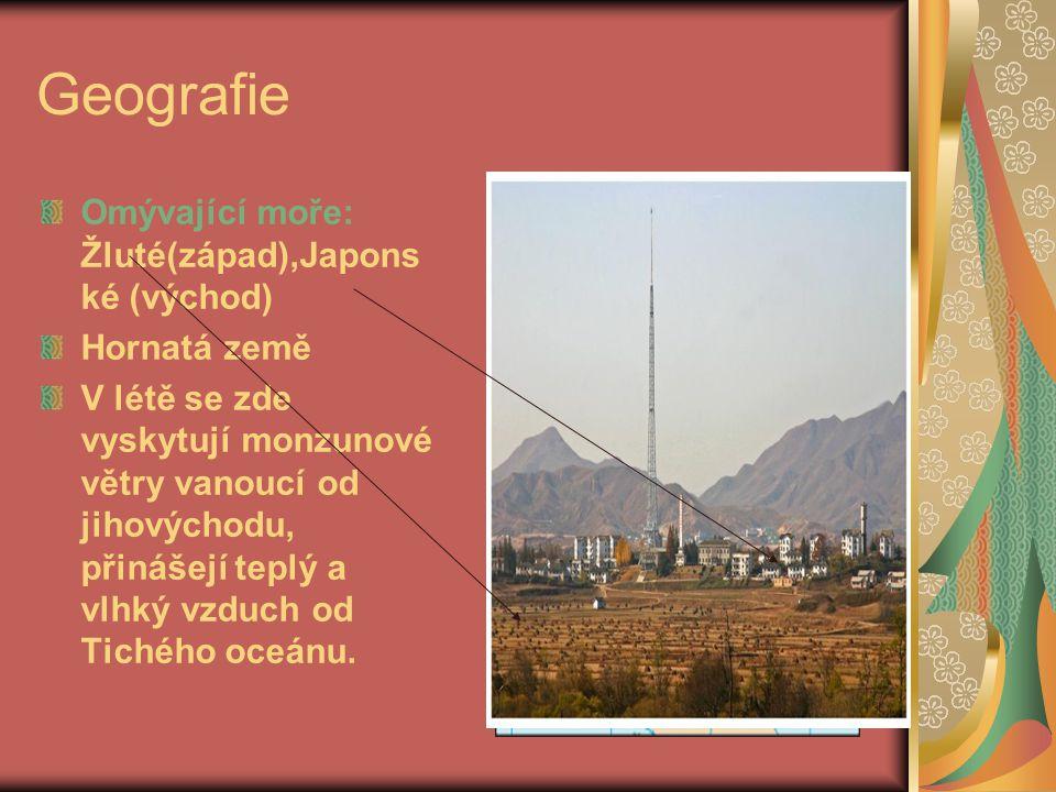 Geografie Vodní plocha (km2): 130 Nejdelší řeka:Amnokgang, nebo-li Jalu o délce 790 km Podnebí: mírný pás Velká města: Hamhung, Čchongdžin Úhrn srážek: 923 mm Roční teploty: -8°C (v zimě) až 23,9°C (v létě) Reliéf: země je dosti hornatá a má poměrně členité pobřeží, na východě příkré svahy pohoří spadají k Japonskému moři; při západním pobřeží leží v podstatě jediné nížiny ač nevelké; nejvyšší hora leží na čínské hranici – Pektusan (2744 m n.