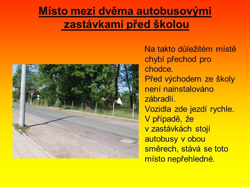 Místo mezi dvěma autobusovými zastávkami před školou Na takto důležitém místě chybí přechod pro chodce.