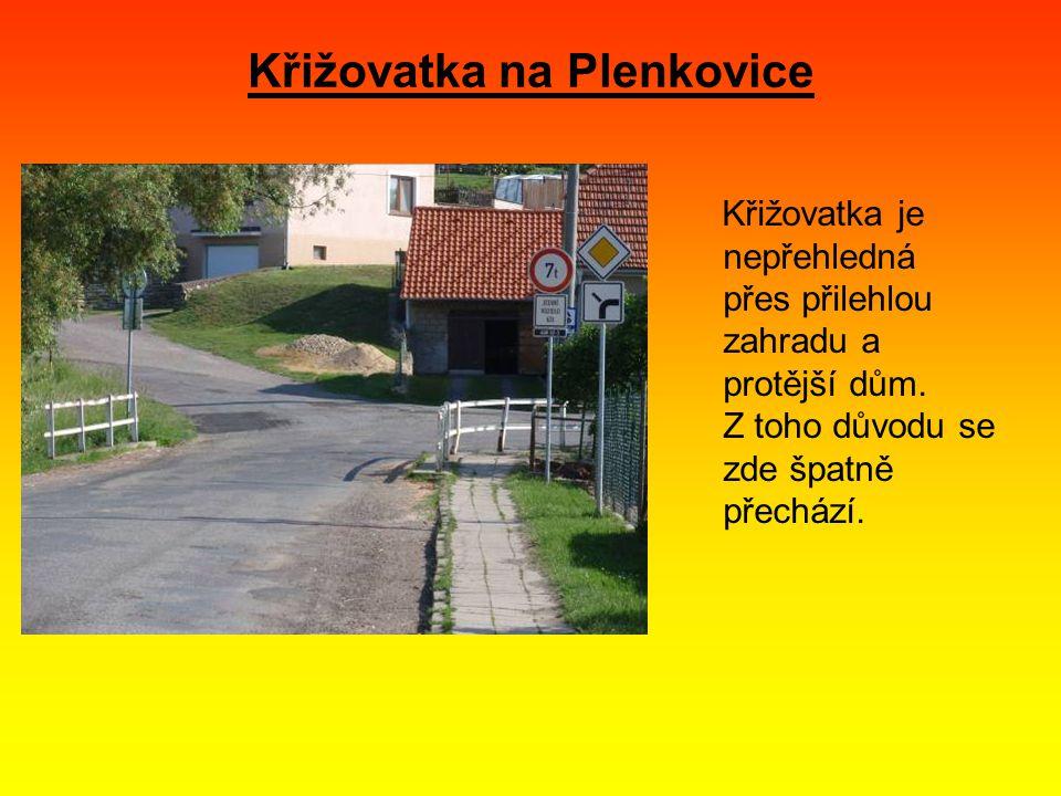 Křižovatka na Plenkovice Křižovatka je nepřehledná přes přilehlou zahradu a protější dům.