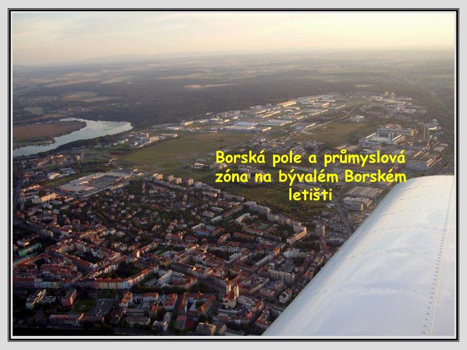 Bory a vzadu Borská přehrada (České údolí)