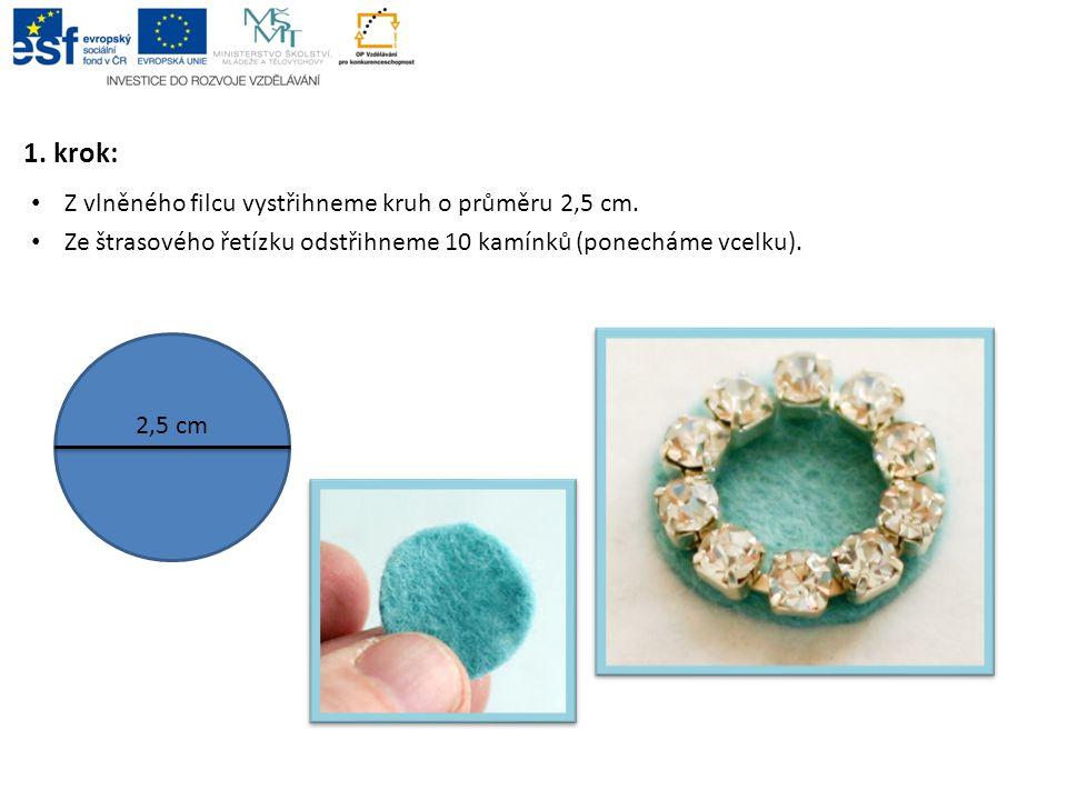1. krok: Z vlněného filcu vystřihneme kruh o průměru 2,5 cm.