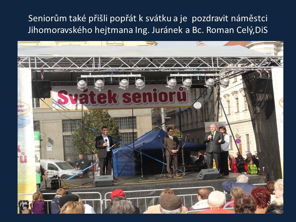 Pěvecké sbory Tetky a Chlapi při společném zpívání, s nimiž si také zazpíval náměstek hejtmana Ing. Juránek