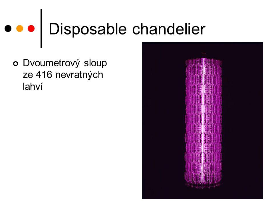 Disposable chandelier Dvoumetrový sloup ze 416 nevratných lahví