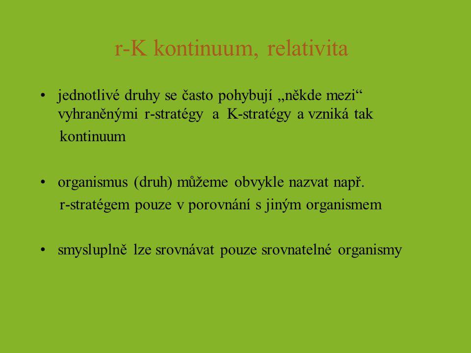 """r-K kontinuum, relativita jednotlivé druhy se často pohybují """"někde mezi"""" vyhraněnými r-stratégy a K-stratégy a vzniká tak kontinuum organismus (druh)"""