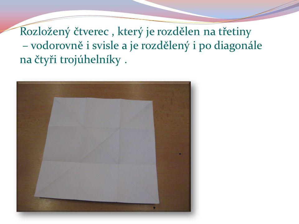 Rozložený čtverec, který je rozdělen na třetiny – vodorovně i svisle a je rozdělený i po diagonále na čtyři trojúhelníky.