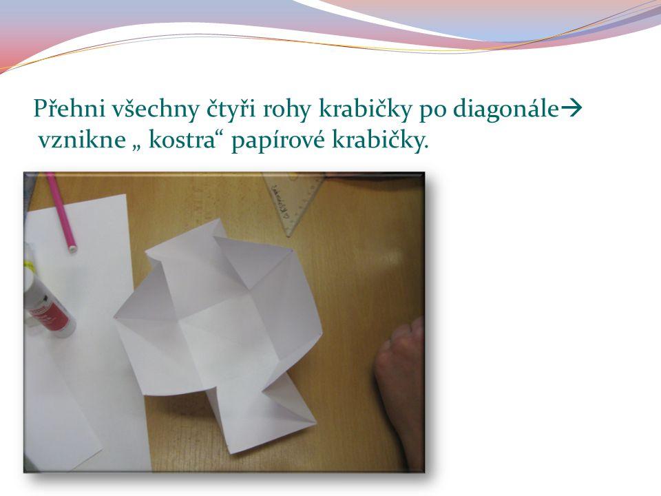 """Přehni všechny čtyři rohy krabičky po diagonále  vznikne """" kostra papírové krabičky."""