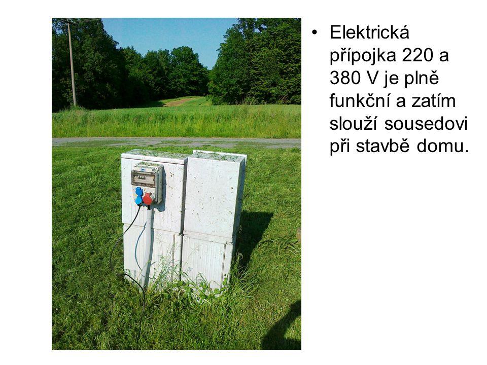 Elektrická přípojka 220 a 380 V je plně funkční a zatím slouží sousedovi při stavbě domu.