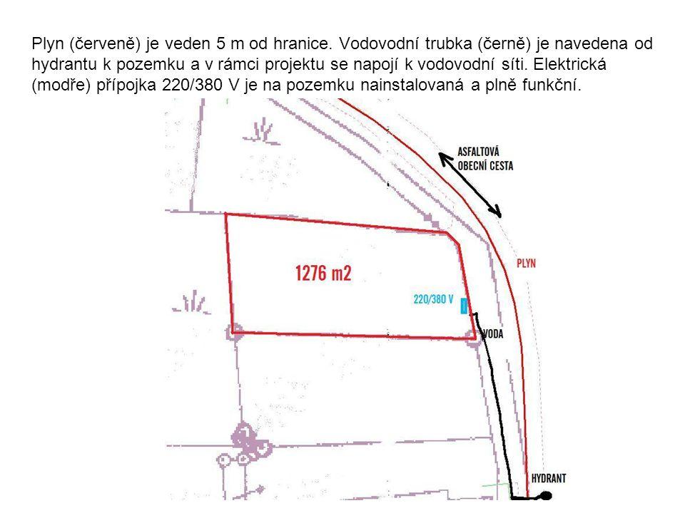 Plyn (červeně) je veden 5 m od hranice. Vodovodní trubka (černě) je navedena od hydrantu k pozemku a v rámci projektu se napojí k vodovodní síti. Elek