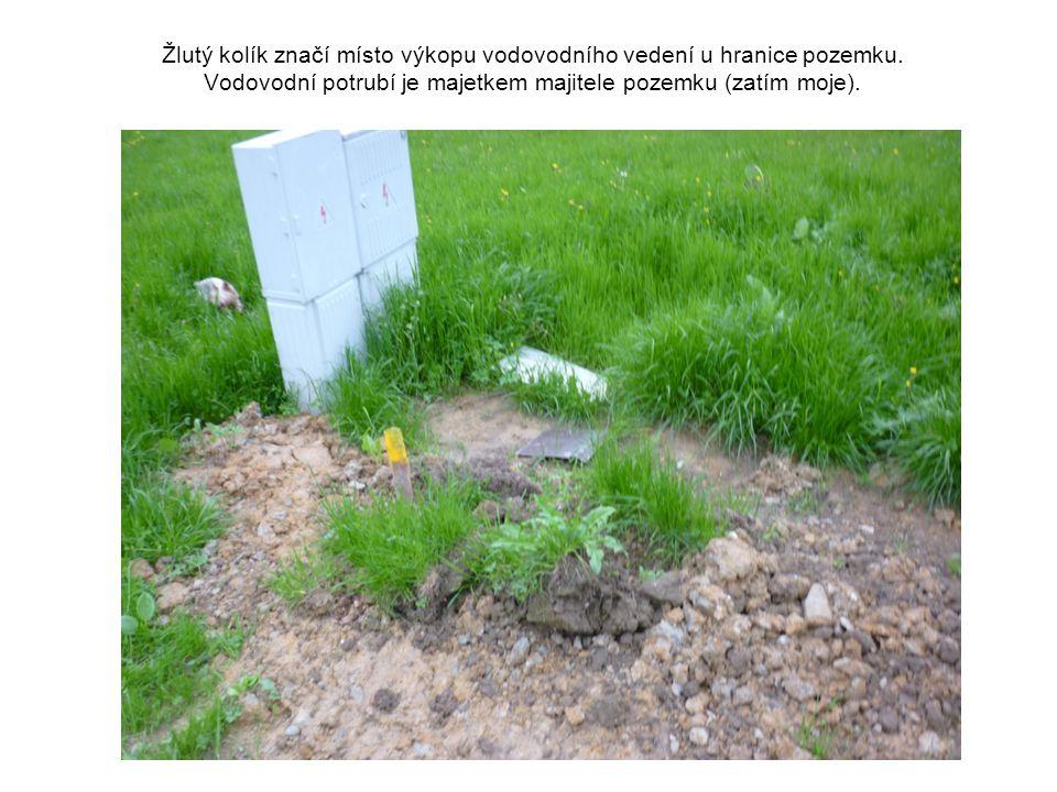 Žlutý kolík značí místo výkopu vodovodního vedení u hranice pozemku. Vodovodní potrubí je majetkem majitele pozemku (zatím moje).
