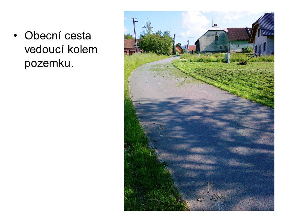 Obecní cesta vedoucí kolem pozemku.