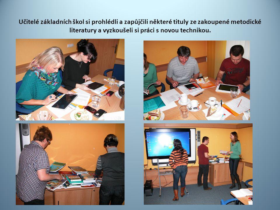 Učitelé základních škol si prohlédli a zapůjčili některé tituly ze zakoupené metodické literatury a vyzkoušeli si práci s novou technikou.