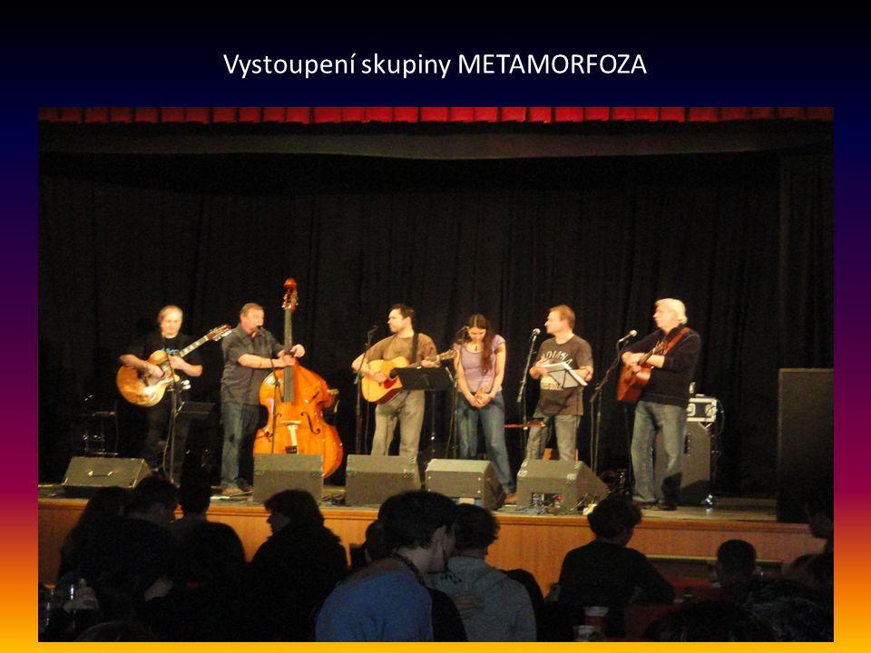 HLAVNÍ KONCERT moderoval Jan Brož, uvádí vystoupení skupiny METAMORFOZA