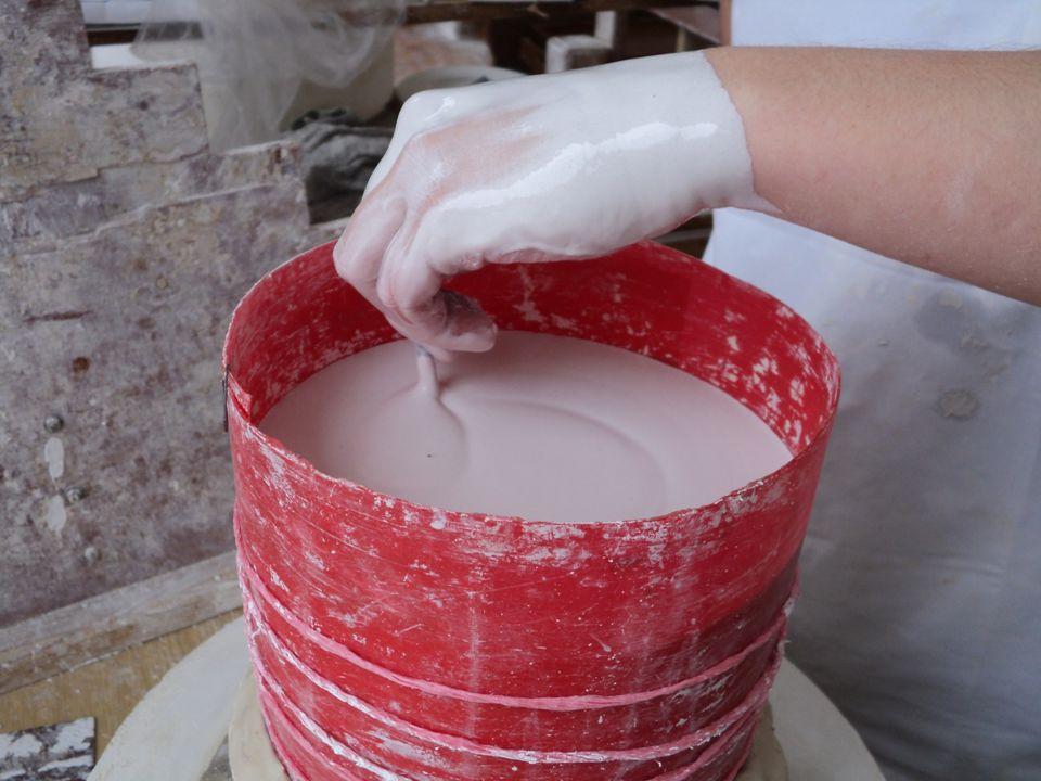 Po zatuhnutí sádry se odstraní ohrádka a blok sádry se nahrubo stočí.