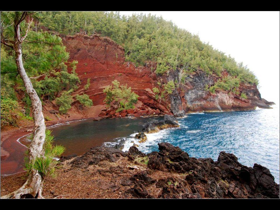Nachází se na ostrově Mauim na Havaji. Tato pláž není snadno přístupná, ale dlouhá cesta k ní stojí za to. Červená barva písku vznikla erozi kopce z č