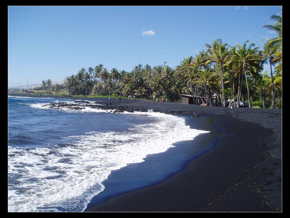 Punaluu Beach, černá barva písku na Havaji
