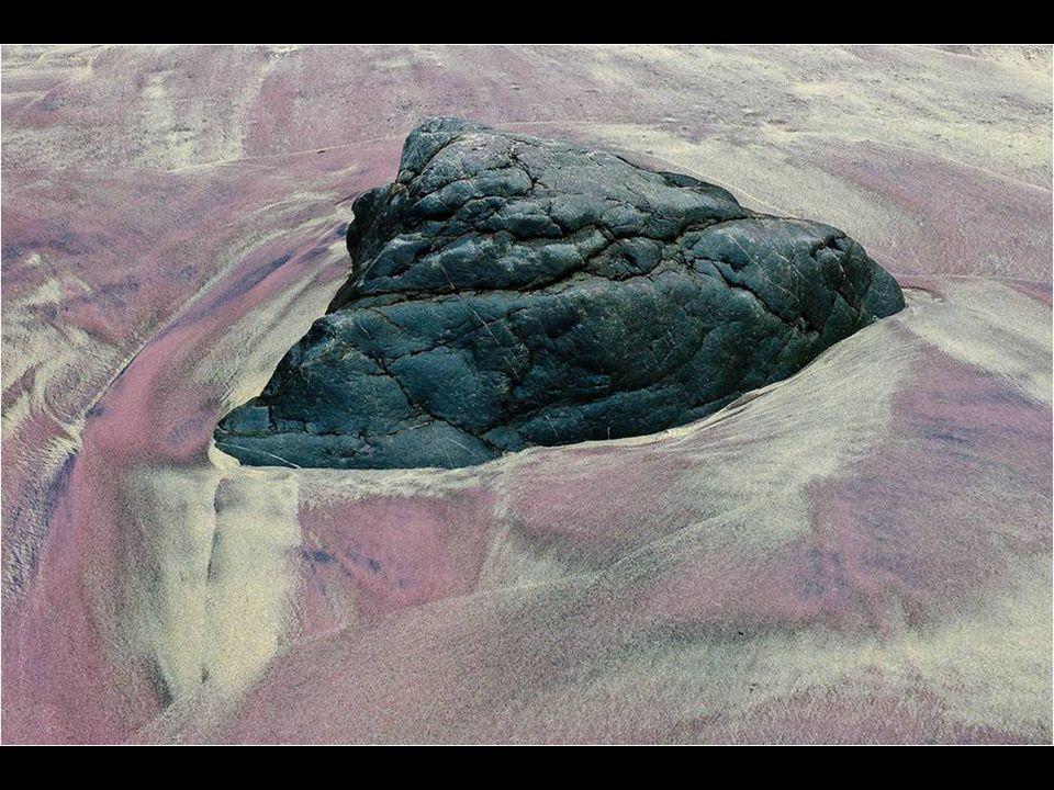 Vlny, které obrací drobné krystalky, způsobují změnu v jejich struktuře a vytvářejí nádhernou reflexi červené, purpurové a fialové.