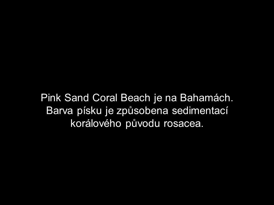 Kopce kolem Pfeiffer Beach v Big Sur, Kalifornie, jsou bohaté na manganový granát, což způsobuje kombinaci barev písku po celé pláži.