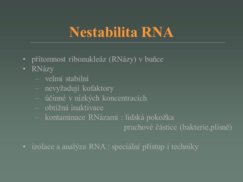 Stabilizace RNA a uložení komplikace během odběru a zpracování biologického vzorku: – v okamžiku odběru RNA se stává extrémě nestabilní – dva hlavní typy artefaktů: 1) redukce specifických i nespecifických druhů mRNA (downregulace genů a enzymatická degradace RNA) 2) indukce exprese určitých genů stabilizace RNA ve vzorku při odběru : – okamžité zmrazení v tekutém dusíku a uložit při -80°C – stabilizační roztoky: RNAlater (tkáně), RNAprotect (bakterie), PAXgene (krev, kostní dřeň) gene-expresní analýza: analyzovaná RNA musí reprezentovat in vivo expresi vzorku kontaminace DNA – PCR primery překrývající hranici intron/exon – štěpení DNázami – cílená izolace mRNA izolovaná RNA může být uložena při -20 nebo -70°C (bez degradace RNA po 1 roce uložení)