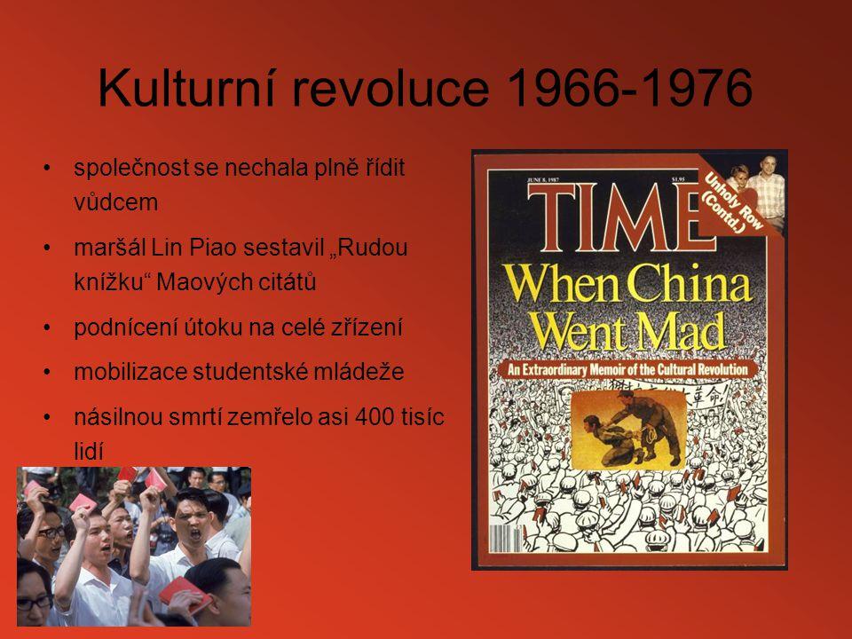 """Kulturní revoluce 1966-1976 společnost se nechala plně řídit vůdcem maršál Lin Piao sestavil """"Rudou knížku"""" Maových citátů podnícení útoku na celé zří"""