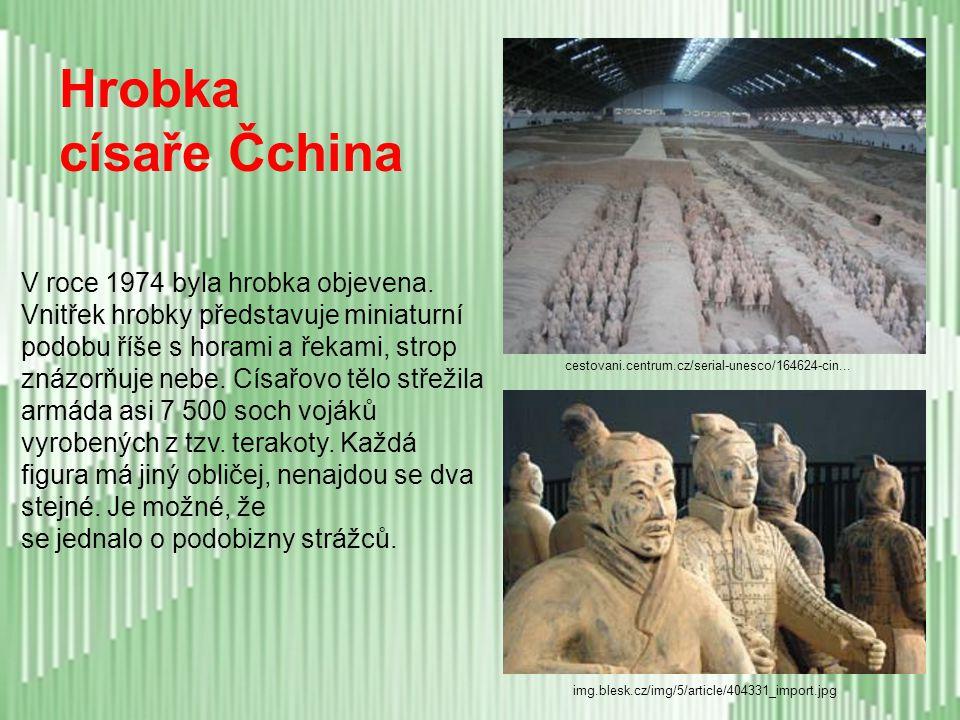 - stavba vznikala na obranu před útočnými kočovnými kmeny ze severu - délka asi 4 800 km (6 500 km?), výška asi 11 m - stavěly ji miliony lidí (zej. z