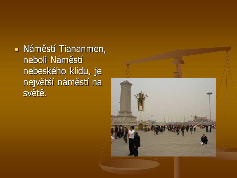 Náměstí Tiananmen, neboli Náměstí nebeského klidu, je největší náměstí na světě.