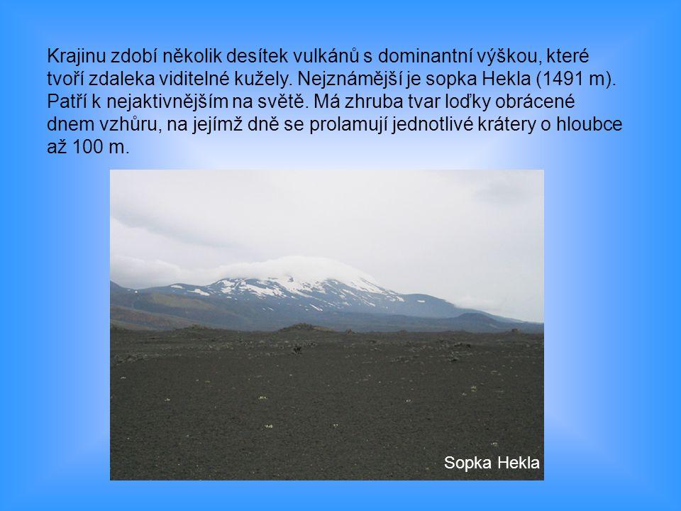 Krajinu zdobí několik desítek vulkánů s dominantní výškou, které tvoří zdaleka viditelné kužely. Nejznámější je sopka Hekla (1491 m). Patří k nejaktiv